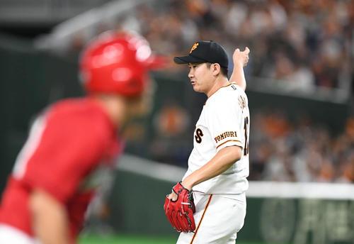 巨人対広島 7回表広島2死一、三塁、菊池涼を三ゴロに打ち取り、一塁を指さす巨人先発の菅野(撮影・加藤諒)