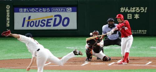 巨人対広島 1回表広島1死、菊池は先制ソロ本塁打を放つ。投手菅野(撮影・浅見桂子)
