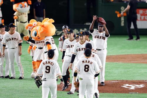 巨人対広島 6-2で勝利し笑顔でハイタッチする岡本(中央)ら巨人の選手たち(撮影・浅見桂子)