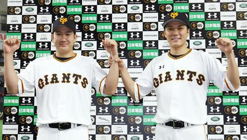 巨人対広島 広島に勝利しお立ち台で写真に納まる巨人菅野(左)と坂本勇(撮影・垰建太)