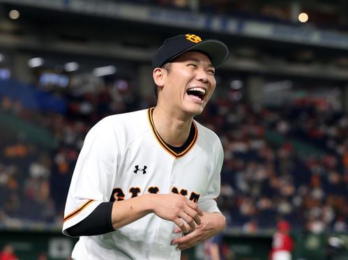 巨人対広島 試合前、笑顔を見せる巨人坂本勇(撮影・垰建太)