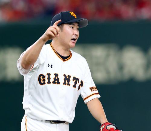 巨人対広島 2回表広島2死、会沢の打ち上げた打球方向を指示する菅野(撮影・垰建太)