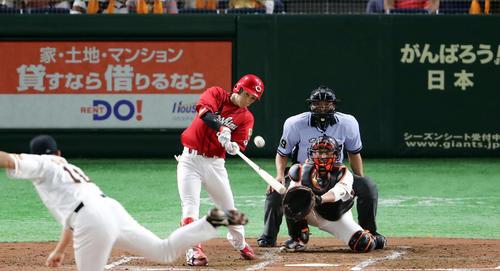 巨人対広島 3回表広島1死、西川は右翼ソロ本塁打を放つ。投手菅野(撮影・浅見桂子)