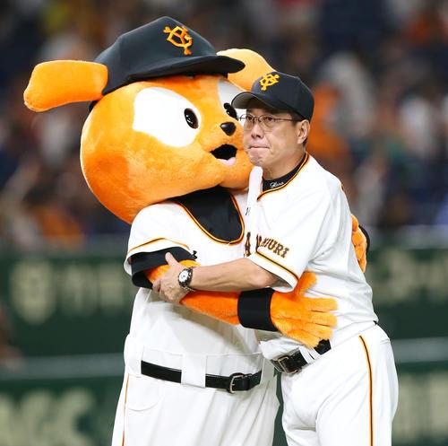 巨人対広島 広島に勝利しタッチを交わすジャビット(左)と抱き合う巨人原監督(撮影・垰建太)