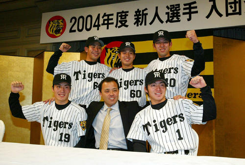 03年12月、阪神入団会見に臨む鳥谷(前列右)