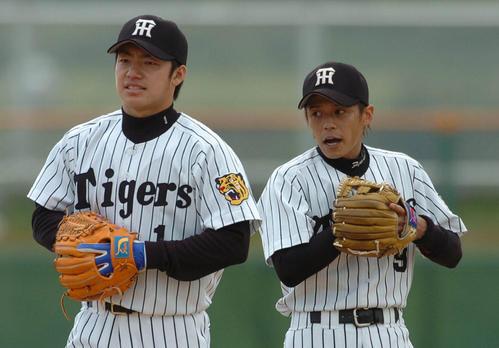 04年阪神春季キャンプ初日 藤本敦士(右)とノックを受ける鳥谷敬(2004年2月1日)