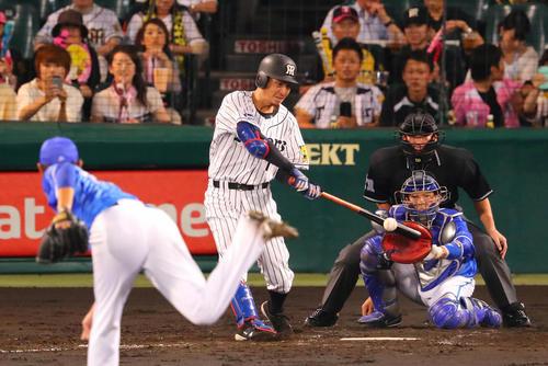 阪神対DeNA 2回裏阪神1死一塁、鳥谷は通算2000安打となる右越え適時二塁打を放つ(2017年9月8日)