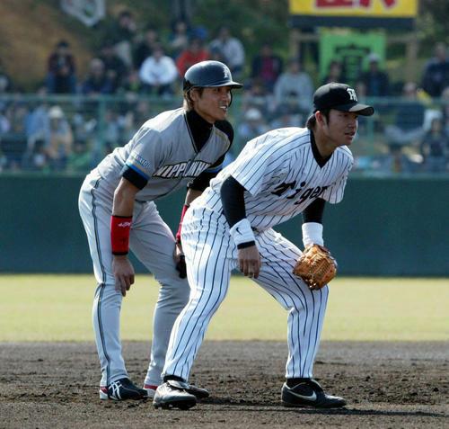 練習試合で新庄剛志(左)と会話を交わす鳥谷敬(2004年2月14日)