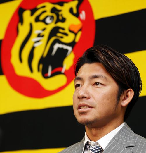 契約更改で笑顔を見せる鳥谷敬(2015年1月22日)