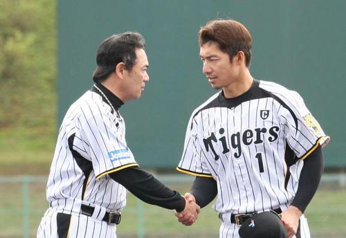 野手キャプテン鳥谷(右)と握手を交わす和田監督(2012年2月29日)