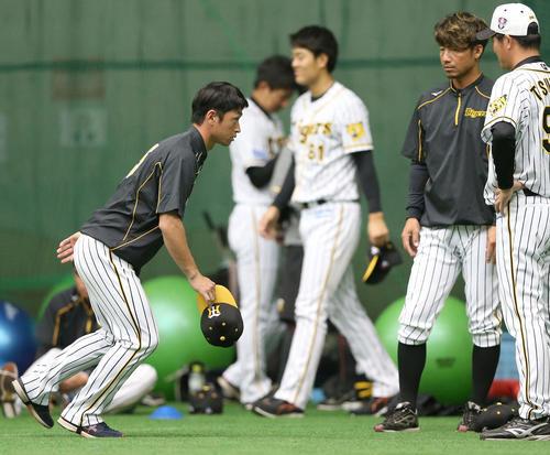 近本に走塁指導する鳥谷、筒井壮外野守備走塁コーチ(2019年2月16日)