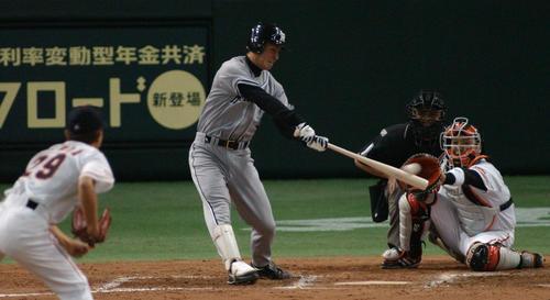 プロ初安打を放つ鳥谷(2004年4月2日)