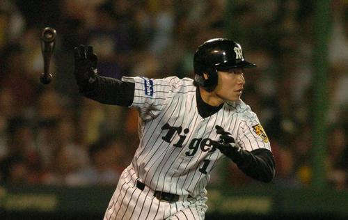 横浜戦でプロ初本塁打を放つ阪神鳥谷(2004年5月27日)