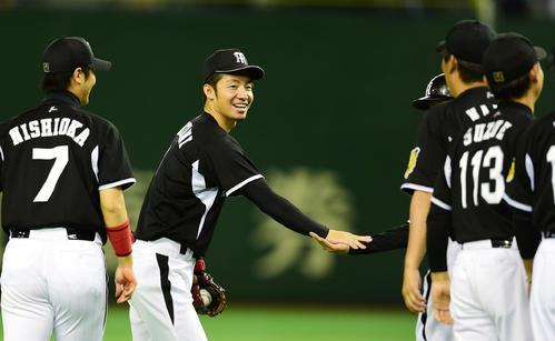 日本シリーズ進出を決め笑顔を見せる鳥谷(2014年10月18日)