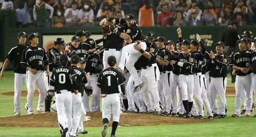 巨人を下し日本シリーズ出場を決めた阪神ナインはマウンドに集まり喜びを爆発(2014年10月18日)