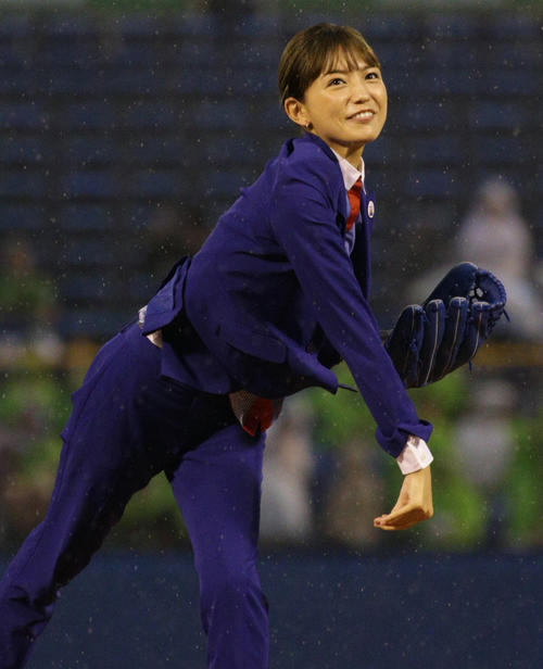 ヤクルト対広島 始球式を行う川口春奈(撮影・中島郁夫)