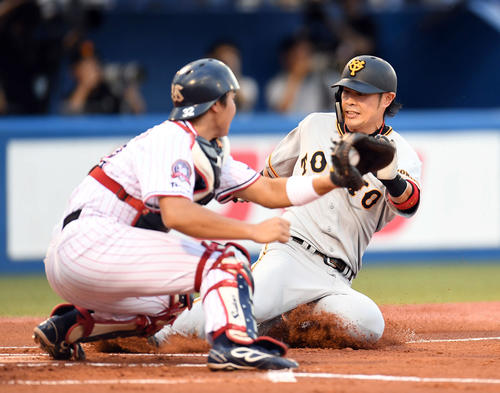 ヤクルト対巨人 1回表巨人無死二塁、走者亀井は坂本勇の適時二塁打で先制の生還を果たす(撮影・加藤諒)