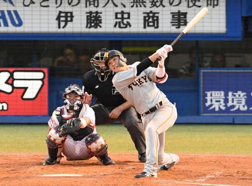ヤクルト対巨人 3回表巨人1死、坂本勇は右越えソロ本塁打を放つ。投手ブキャナン(撮影・山崎安昭)