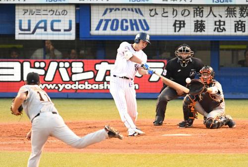 ヤクルト対巨人 3回裏ヤクルト無死一塁、太田は左中間へ適時二塁打を放つ。投手山口(撮影・山崎安昭)