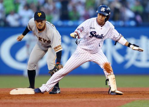 ヤクルト対巨人 3回裏ヤクルト無死一、三塁、適時二塁打を放った山田哲(右)。左は田中俊(撮影・垰建太)