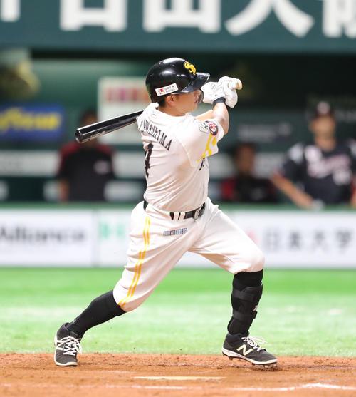 ソフトバンク対ロッテ 8回裏ソフトバンク2死二塁、川島は左に適時二塁打を放つ(撮影・梅根麻紀)