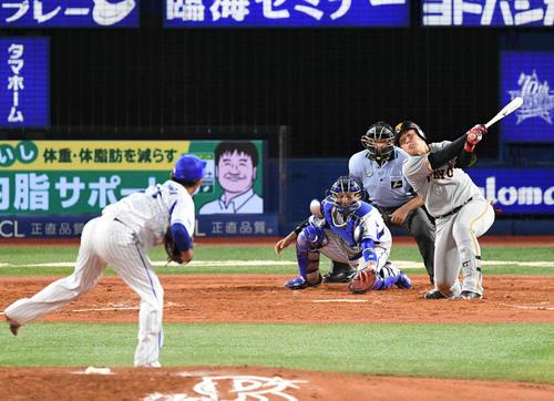 8月4日、DeNA戦の5回2死満塁で投手今永の前に空振り三振に倒れる巨人岡本