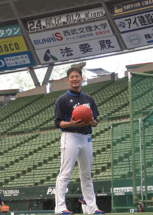 メディシンボールを投げる西武平井(撮影・栗田成芳)