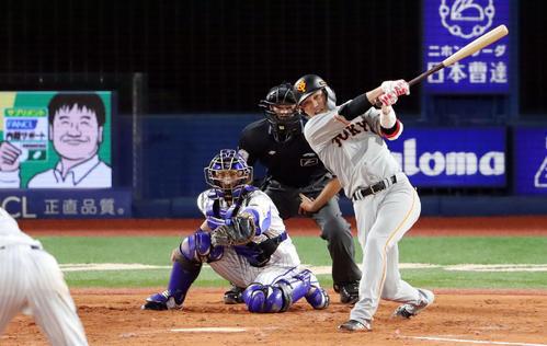 DeNA対巨人 5回表巨人2死二塁、左前適時打を放つ坂本勇。投手井納(撮影・垰建太)