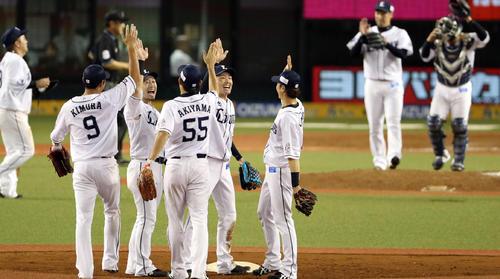 西武対ソフトバンク 試合後、勝利を喜び合う、源田(右から2人目)ら西武の選手たち(撮影・狩俣裕三)