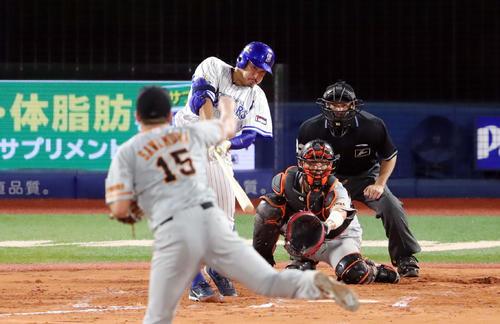 DeNA対巨人 7回裏DeNA1死二塁、右越え2点本塁打を放つ梶谷。投手沢村(撮影・垰建太)