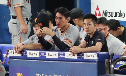 DeNA対巨人 9回表巨人、ベンチでならんで厳しい表情の巨人桜井(中央)と炭谷(左)(撮影・垰建太)