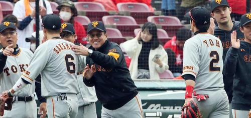 今季初勝利を挙げナインを笑顔で出迎える巨人原監督(2019年3月30日)
