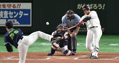 右越えソロ本塁打を放つ岡本(2019年8月9日)