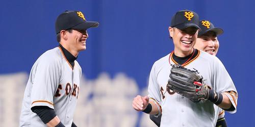 中日に勝利し笑顔でタッチを交わす巨人亀井、丸、陽(2019年8月20日)