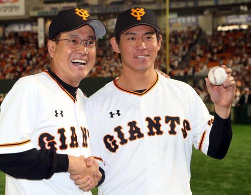 イニングボールを手に4年目でプロ初勝利の桜井は、原監督から祝福され笑顔(2019年5月23日)