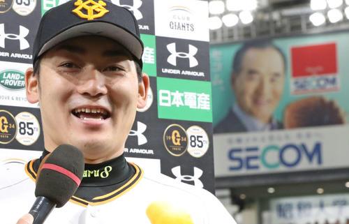 ヒーローインタビューで笑顔を見せる丸(2019年4月2日)