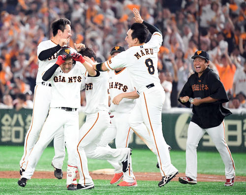 9回裏無死二塁、増田大のバントで悪送球を誘いサヨナラ勝ちを飾る(2019年7月3日)