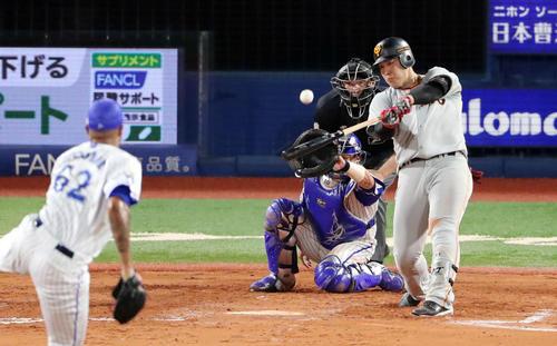 ソロ本塁打を放つ岡本(2019年9月10日)