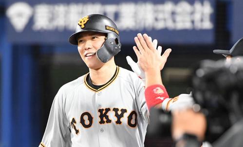 39号ソロを放った坂本勇人はチームメートとタッチをかわす(2019年9月20日)
