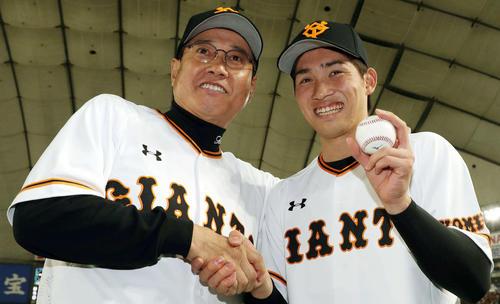 プロ初勝利の高橋はウイニングボールを手に原監督と笑顔で握手(2019年4月4日)