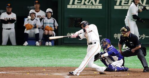坂本勇人は左中間へソロ本塁打を放つ。後方左は原監督(2019年5月1日)