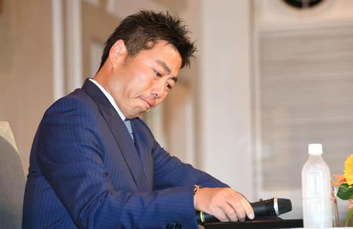 引退会見で涙をこらえる上原浩治(2019年5月20日)