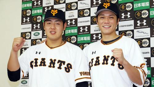 オールスターにファン投票で選出され、笑顔で写真に納まる巨人岡本和真と坂本勇人