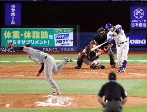 DeNA対巨人 3回裏DeNA2死一塁、2打席連続となる2点本塁打を放つソト。投手桜井(撮影・垰建太)
