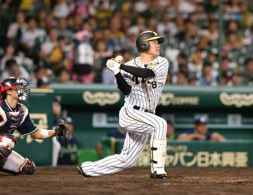 5回裏阪神1死二塁、福留は左中間に適時二塁打を放つ(撮影・上山淳一)