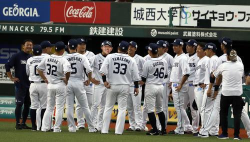 西武対ソフトバンク 選手を集め、辻監督のお面を被った熊代(中央)(撮影・狩俣裕三)