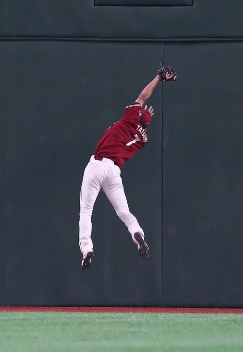 日本ハム対楽天 9回裏日本ハム2死一塁、大田の打球をフェンスに激突しながら捕球する辰己(撮影・黒川智章)