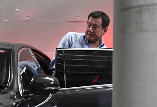 DeNA対巨人 敗れた巨人原監督は迎えの車に乗り込む(撮影・山崎安昭)