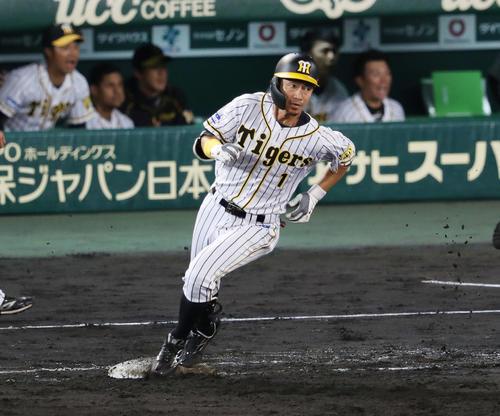 阪神対ヤクルト 8回裏阪神1死一塁、左越え適時二塁打を放ち一塁を回る鳥谷(撮影・前田充)
