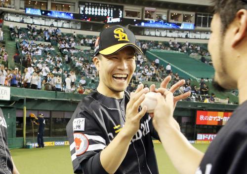 13勝目でM12とした千賀は笑顔で森からウイニングボールを受け取る(撮影・浅見桂子)